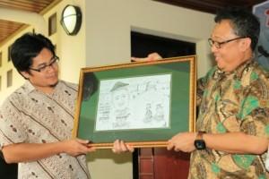 serah terima cinderamata kepada Ir. Agus Bambang Haryono